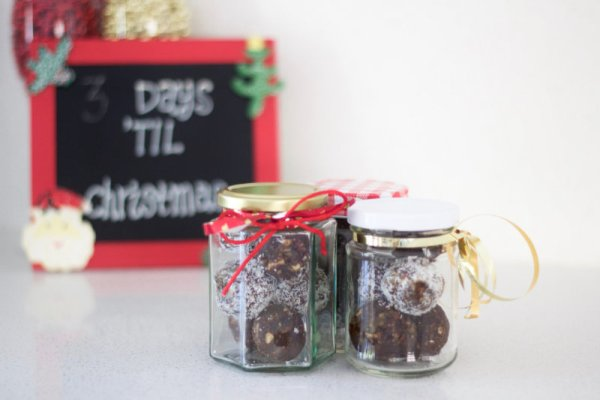 Ginger, cinnamon and cloves combine to make these Gingerbread balls. Make up a batch and store in decorative jars in the fridge for unexpected guests.