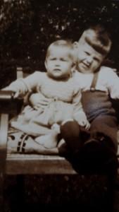 Moni mit großem Bruder