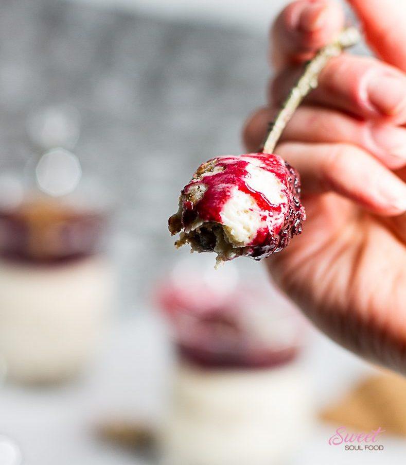 Weißes Mousse au Chocolat mit Spekulatius und Punschbeeren