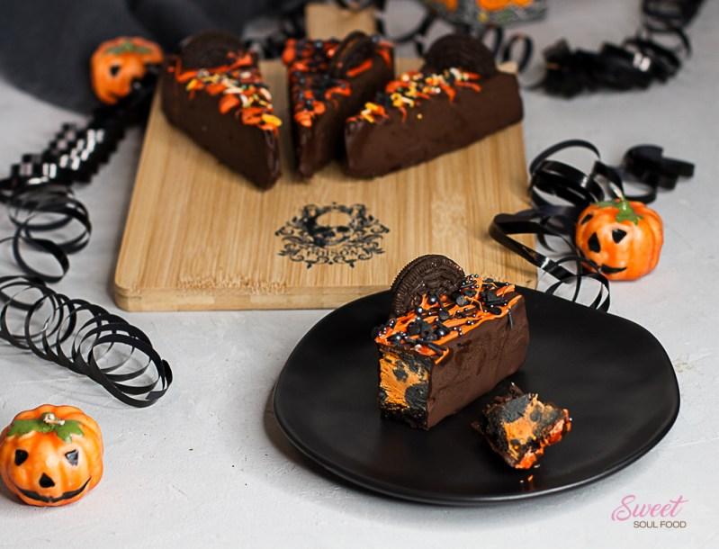 Halloween-Cheesecake am Stiel angeschnitten