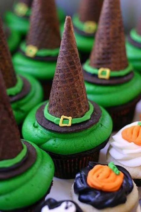 Full of sweet surprises, these #Halloween wizards' hats cupcakes are designed to stash small candies beneath their caps. #Baking #HarryPotter #Wizards #Witches