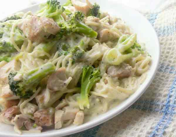chicken and broccoli alfredo - Sweet Tea & Thyme