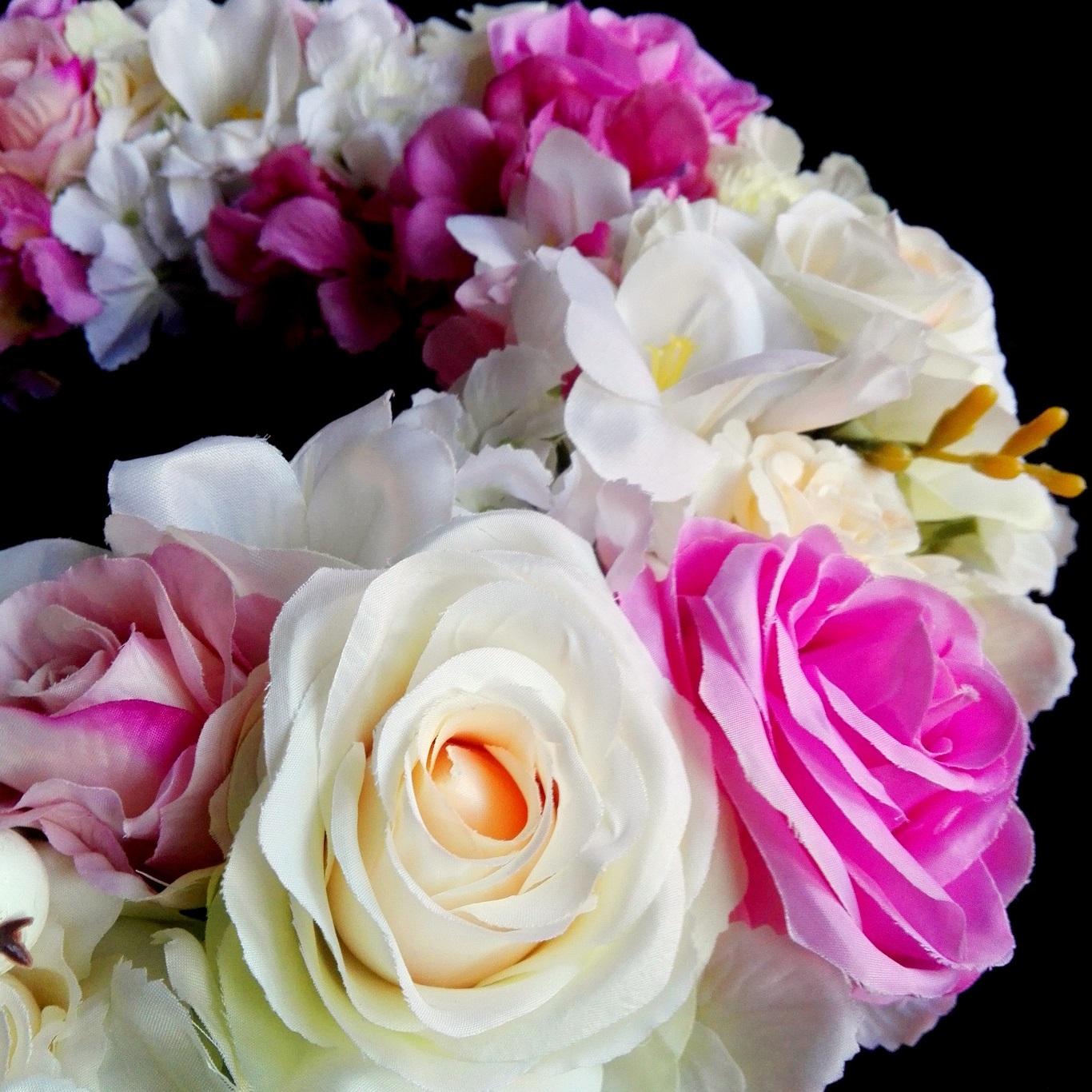 Biało-różowy wianek z kwiatów