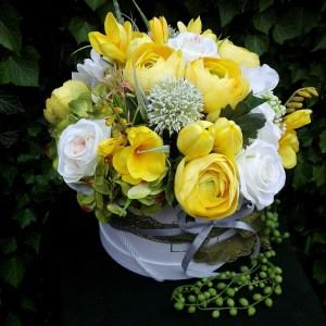 Flower box z żółtymi kwiatami