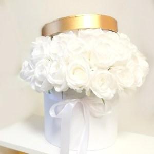 Biały flower box z białymi różami nr 131