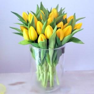 Bukiet gumowych tulipanów w wazonie Bukiet gumowych tulipanów w wazonie piękna, kompozycja umieszczona w szklanym wazonie. Wysokiej jakości sztuczne kwiaty, piękne tulipany wykonane z silikonu do złudzenia przypominają naturalne. Wieloletnia dekoracja, która długi czas będzie ozdobą wnętrza. Ilość tulipanów 20 sztuk. Taką kompozycję możemy dla Was przygotować także w innych kolorach, dzwońcie ,piszcie, pytajcie. Wymiary kompozycji około: wysokość 28 cm szerokość 18 cm.