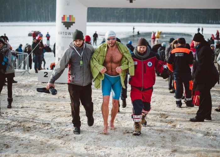 Medical-professionals-Ice-swimming