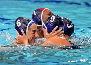 7 августа 2021 г .;  Токио, Япония;  Пилот из США Маргарет Стивенс (6) и центральный нападающий Арья Фишер (9) празднуют победу над Испанией в матче за золотую медаль среди женщин на летних Олимпийских играх 2020 года в Токио в Центре водного поло Тацуми.  Обязательный кредит: Роберт Дойч - USA TODAY Sports