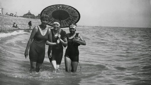 Daily Life on the Beach from the 1920s (18)