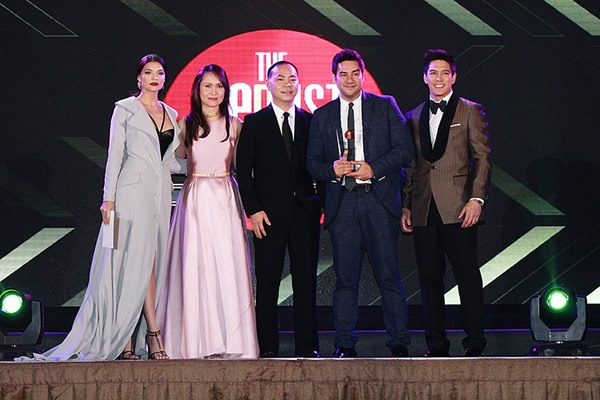 Gabby Eigenmann (second from the right) poses for the camera after winning the HOOQ Teleserye Actor of the Year award for his portrayal of Carding in Dading. With him are (from left) Rhian Ramos, HOOQ Country Manager for the Philippines Jane Walker, Content and Programming Director Jeffrey Remigio, and Luis Alandy.
