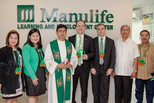At the Manulife Bacolod blessing are (left to right) Manulife Philippines VisMin Territory Head Bing delos Reyes, Manulife Philippines Chief Marketing Officer Melissa Henson, Rev. Fr. Ruel Jundos, Manulife Philippines President & CEO Ryan Charland, Manulife Philippines Chief Operating Officer John Januszczak, Bacolod Filipino Chinese Chamber of Commerce Chairman Alfredo Barcelona and Bacolod Councilor Homer Bais