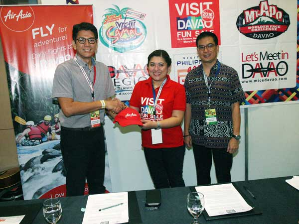 Philippines AirAsia Commercial Head, Gerard Peñaflor; Visit Davao Fun Sales (VDFS) Vice Chair Fides Bernabe; and Department of Tourism (DOT) Region XI Director Roberto Alabado III at the signing ceremony held recently at the Mall of Asia SMX Convention Center, Pasay City. (photo by Ben Briones)
