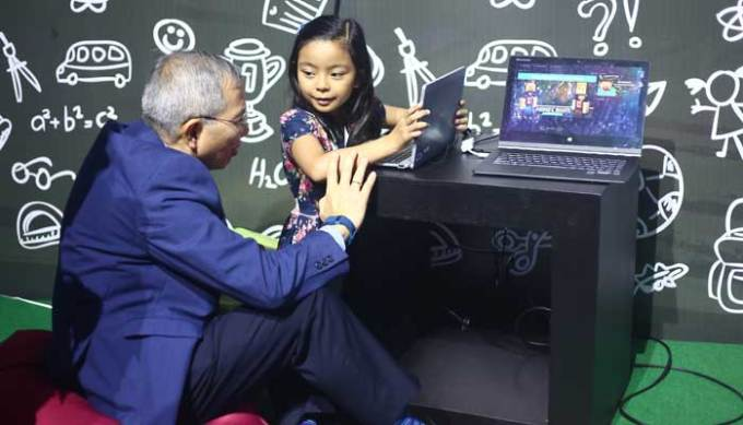 Know-how knows no age. PLDT Spokesperson Mon Isberto shares a moment with a young girl who, depsite her age, already knows how to handle a modern laptop.