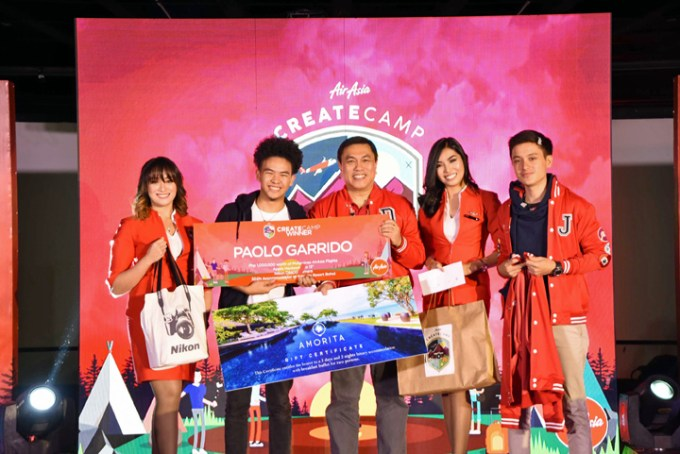 Grand winner Paolo Garrido with Philippines AirAsia CEO Capt. Dexter Comendador, AirAsia Storyteller Javi Cang and AirAsia Cabin.
