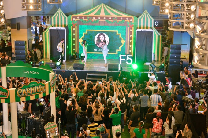 OPPO influencers Alex Gonzaga and Ronnie Alonte welcomed by fans at the OPPO F5 Carnival Roadshow at SM City North Edsa.