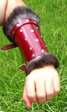 Braçadeira de couro com aplique de pele de coelho