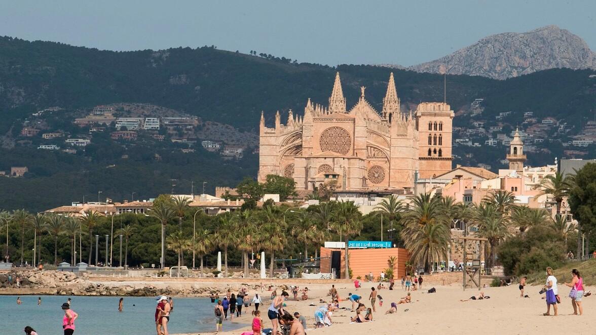 https www swp de panorama spanien mallorca urlaub 2020 trotz corona baleareninsel oeffnet straende hoffnung fuer auslaendische touristen auf sommerurlaub 46504324 html