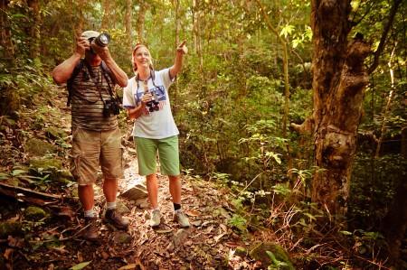 Binkie van Es, ornithologue et membre des Fruits de Mer, et Jenn Yerkes, Présidente de l'association, en train de baliser le sentier de découverte des oiseaux à la Loterie Farm.