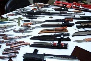أسلحة بيضاء للبيع في شوارع السويداء وبائع يعلّق: بغير محافظات تُباع دبابات!