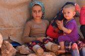 طفلة سورية مبتورة القدمين تمشي بواسطة عبوات بلاستيكية