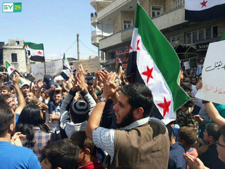 أعلام الثورة السورية تغطّي الساحة الرئيسية في مدينة أريحا بريف إدلب