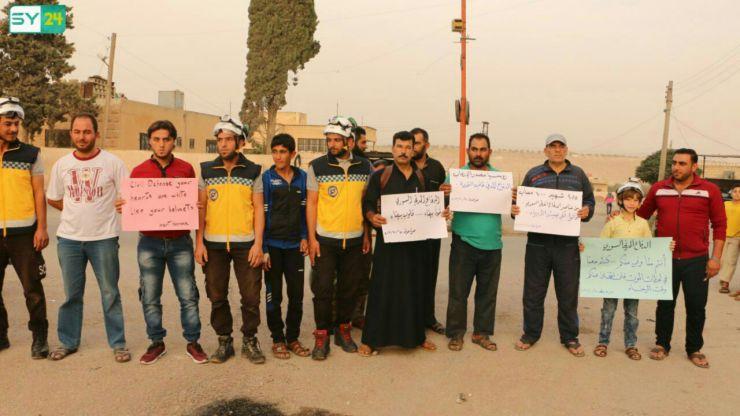 وقفة صامتة في بلدة معرة حرمة بريف إدلب الجنوبي تضامناً مع الدفاع المدني