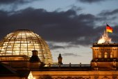 ألمانيا تحاكم مهرباً ترك لاجئين في الغابة بينهم سوريون