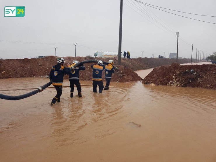 الدفاع المدني يحاول فتح ممرات للمياه في مخيم سجو بحلب