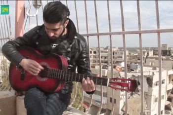 شاب من معرة النعمان يهوى غناء الراب في زمن الحرب