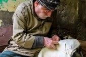 مصطفى شلح يحافظ على مهنة دباغة الجلود وصنع الفراء في الرقة