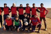 في تحدٍ واضح للحصار.. قاطنو مخيم الركبان ينظمون أول دوري لكرة القدم