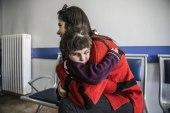 بعد أن فقدت بصرها بسبب قصف النظام.. طفلة سورية ترى النور مجدداً