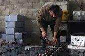 مهجر يعمل في إعادة تدوير البطاريات للحصول على طاقة كهربائية بديلة