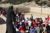 امرأة تقيم في مخيم.. دفعها إصرارها لتأسيس مدرسة وسط ظروف قاسية