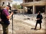 كانوا ناقلي الخبر وأصبحوا الخبر.. صحفيون غربيون يزورون إدلب لتغطية القصف
