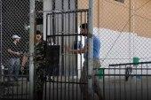 شاب يبحث عن طريقة مناسبة لإبلاغ أم بوفاة ولدها داخل معتقلات الأسد