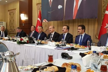 إعلاميون سوريون يلتقون بوزير الداخلية التركي في إسطنبول.. ماذا جاء في الاجتماع؟
