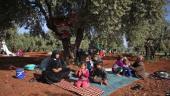 في ثلاثة أيام.. قصف روسيا والنظام يجبر آلاف العائلات على النزوح من إدلب وحماة