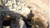 انهيار متطوع من الدفاع المدني خلال انتشال ضحايا المجزرة الروسية في ريف حلب