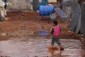 الأمطار تدمر خيام النازحين وتشرد آلاف العائلات شمال سوريا