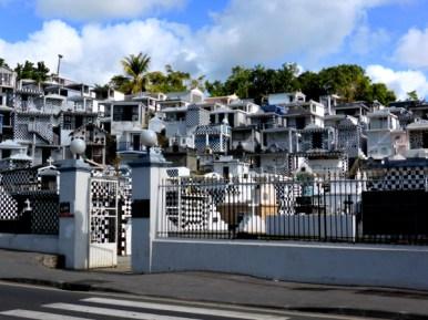 Typisch karibischer Friedhof mit gekachelten Häuschen