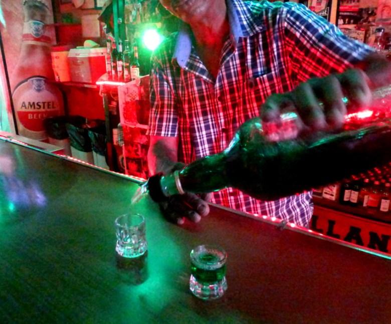 Grüner Rum in der Nettobar in Curacao