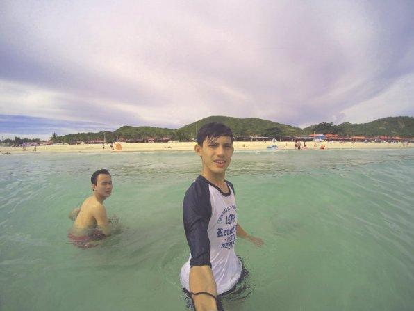 Berenang bermain di pantai Samae