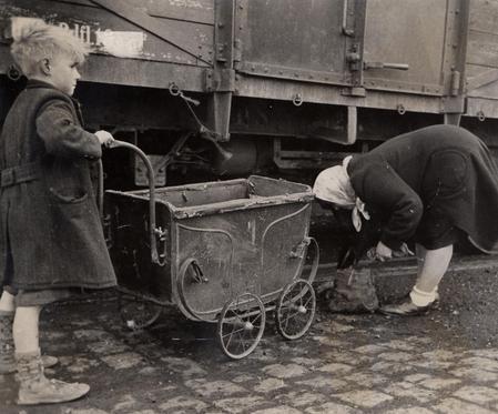 Opsamling Af Koks I Sydhavnen 1946
