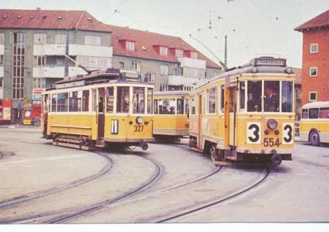 På billedet (må være fra før august 1958) ser linie 3 ud til netop at skulle forlade Mozarts Plads - destignationsskiltet viser: ´Strandboulevarden´ - på Østerbro - og på pladsen holder endnu linie 11 - uden bivogn. Ovre ved stoppestedet ud for Engholmen Syd holder buslinie 22 - også den næste tur vil gå til Husum. Ingen andre mennesker eller anden trafik ses - måske er det ved frokosttid - lidt usædvanligt for bydelens samlepunkt.