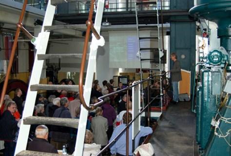 """Ved receptionen den 21. marts 2012 på Dieselhouse præsenterede Paul-Erik Lind den nye DVD """"Sydhavnen - Industrihavnen fra 1880 til i dag"""" for et talstærkt publikum."""