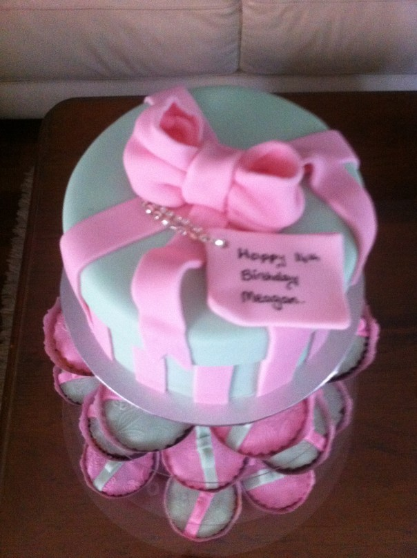 Hat box in shades of pink and green