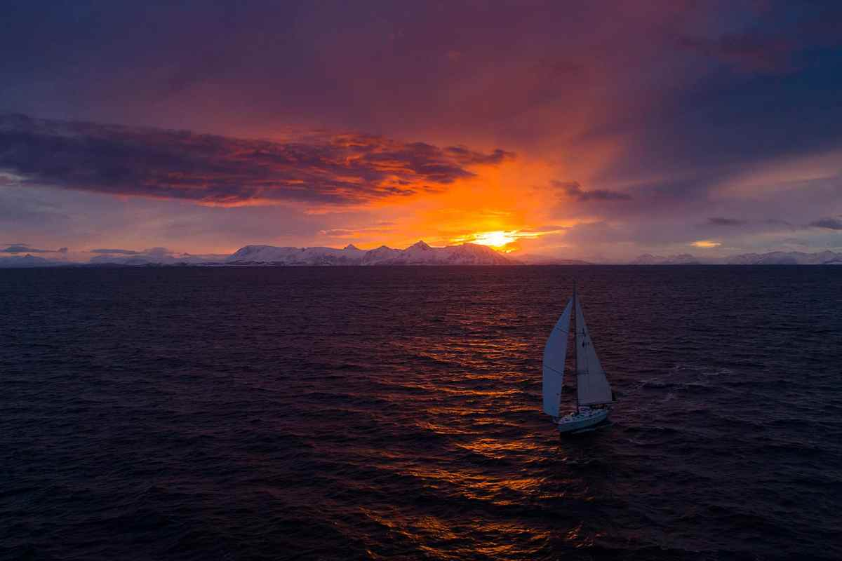 Humla seiler på Andfjorden Foto: Mats Grimsæth