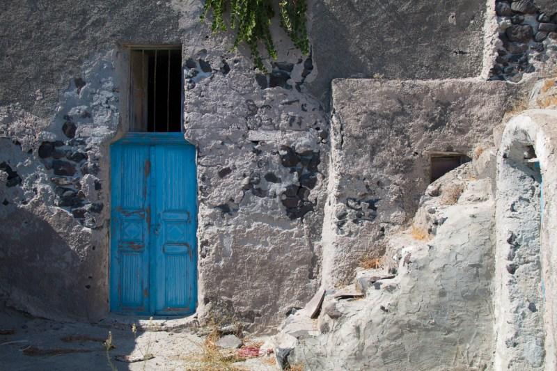 Une porte bleue.