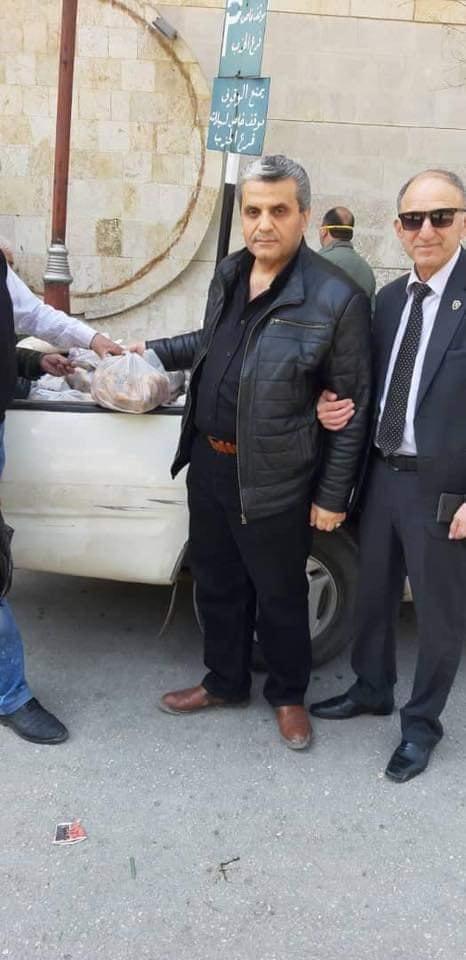 رئيس غرفة الزراعة يبيع البطاطا امام فرع البعث وسط حلب.jpg